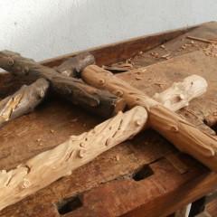 Cruz em madeira maciça